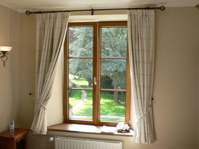 800px-gordijnen_aan_venster.JPG