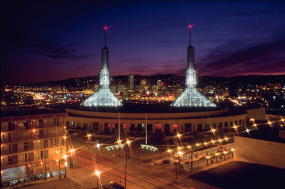 800px-oregon_convention_center_at_night.jpg
